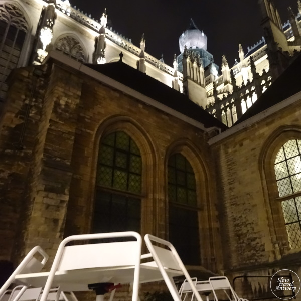 De Plek - bistro in de kathedraal - terras met zicht op de gotische kerk by night