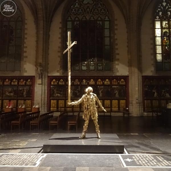 De man die het kruis draagt - Jan Fabre - Kathedraal Antwerpen - 's nachts verlicht