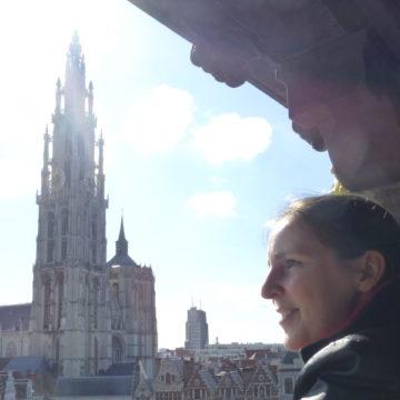 Natacha Van de Peer - gids in Antwerpen - kathedraal als achtergrond