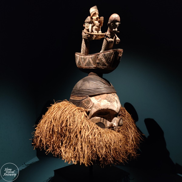 expo 100 x Congo in MAS Antwerpen - masker met kano en hangmatdragers