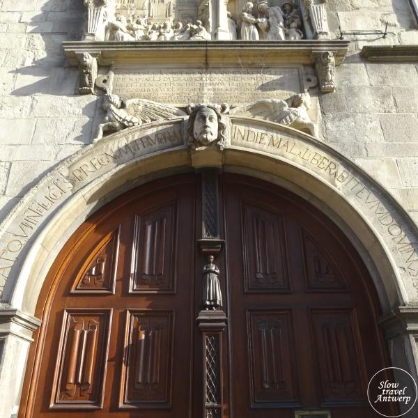 Maagdenhuis museum Antwerpen - inkom poort met houten clara