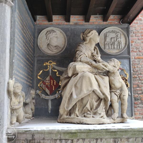 Maagdenhuis museum Antwerpen - beeld in binnentuin